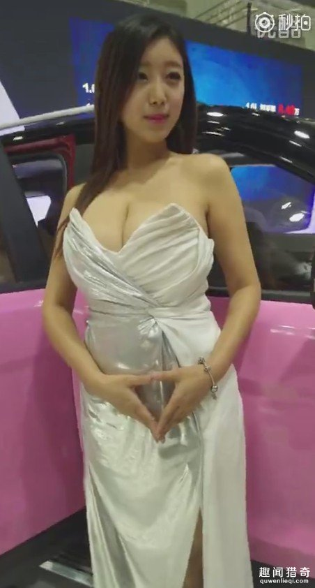 车展上出现「最霸航母级」女模,车头灯差点把大家「闪瞎」!(9张)