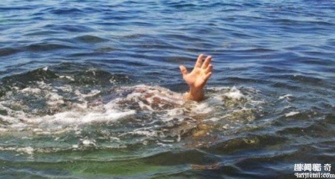 辛巴威牧师带着教友想示範「学耶稣在水上行走」,因信仰不够秒「被3条鳄鱼活吞」...