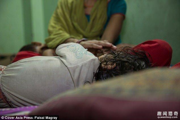 45岁邻居性侵「1岁多刚学会走路女婴」强暴15分钟,「下体流血不止」妈妈崩溃...