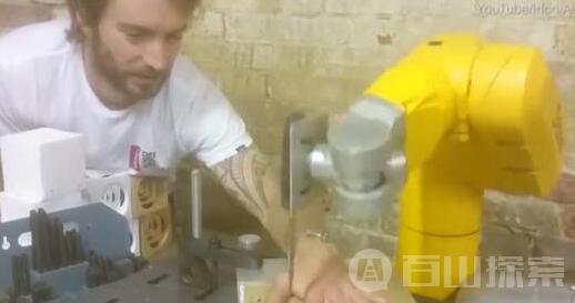 外国男子用机械臂上演切手指 实在可怕!
