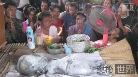 泰国村民祭拜外星人尸体