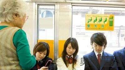 日本组建礼貌警察恢复让座美德