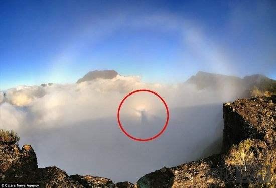 耶稣降临在印度洋尼汪火山岛上空