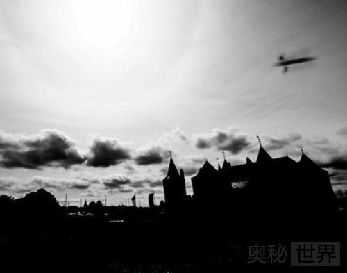 荷兰摄影师拍摄到古城堡UFO